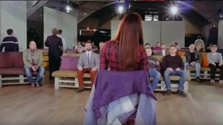 Девушку посадили в комнату, заполненную мужчинами. Поразительный социальный эксперимент (видео)